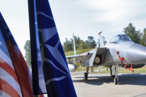 Šiauliuose liko budėti keturi JAV naikintuvai