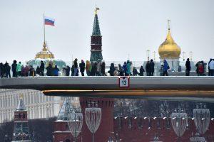 Rusija pasipiktinusi JAV sankcijomis, žada atkirtį