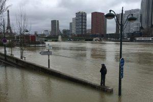 Paryžiuje neslūgsta vanduo Senos upėje