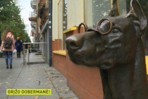 Į Gedimino prospektą grįžo jo simboliu tapusi dobermanės skulptūra