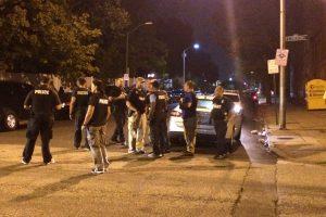 JAV trys vyrai gatvėje puolė šaudyti į žmones (8 sužeisti)