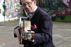 Britų dainininkas E. Okinas – žmogus, stilingai užstrigęs praeityje
