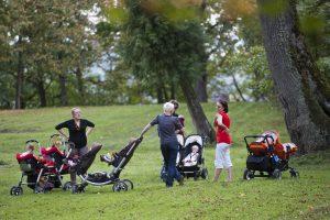 Vaiko priežiūros išmokų siūloma nebesieti su tėvų pajamomis