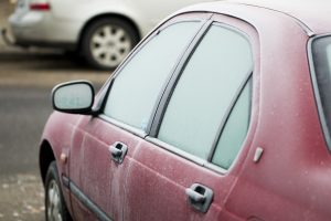 Plungėje automobiliams nulaužti veidrodėliai