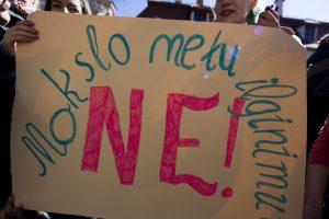 Proteste prieš mokslo metų ilginimą – šimtai mokinių ir dešimtys mokytojų