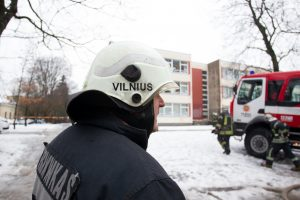 Sandėliuke kilęs gaisras į gatvę išvijo daugiabučio gyventojus