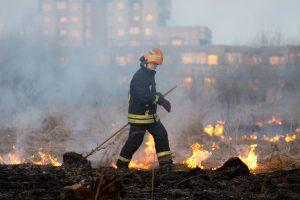 Ugniagesiai kovoja su žolės gaisrais