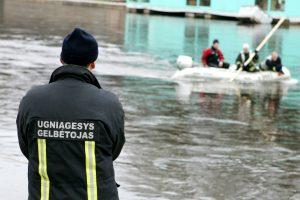 Naktį ugniagesiai gelbėjo į Danės upę įmestą vyrą