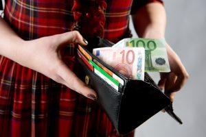 Vagis pagrobė moters piniginę ir ištuštino banko sąskaitą