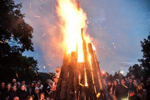 Nerami Joninių naktis: gesinti padangų laužai, gelbėti apdegę žmonės