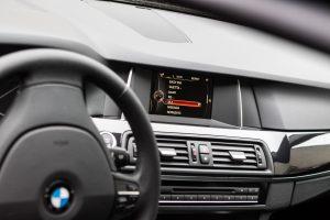 Vagys dirbo iš peties: BMW liko be ratų, variklio dangčio, bamperių, žibintų