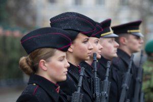 Premjeras nepalaiko moterų visuotinio šaukimo į kariuomenę