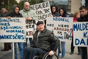 """Neįgaliųjų organizacijos prašo įvesti """"neįgaliojo krepšelį"""""""