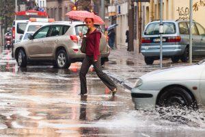 Dėl stipraus lietaus sostinė tapo sunkiai pravažiuojama (įspėja dėl audros)