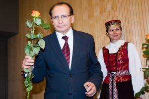 Etikos komisija: J. Kvetkovskis gėles dovanojo pagal paskirtį, sąsagas – ne