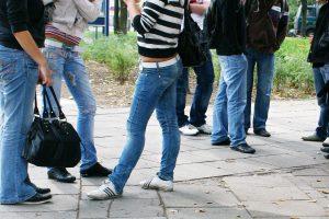 Keturios merginos, grasindamos peiliu, gatvėje apiplėšė 14-metę