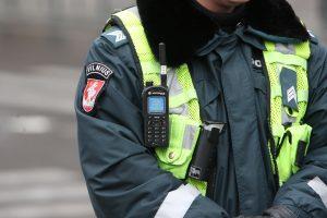 Aistros prie baro: sulaikant vyrą moteriškė spardė ir apdraskė policininką