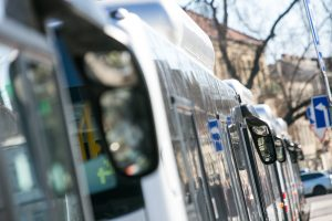 Nelaimė Vilniuje: užsidarančios autobuso durys kliudė keleivės galvą