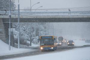 Eismo sąlygas sunkina sniegas