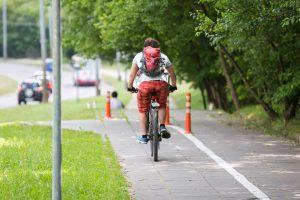 Du dviratininkai netilpo ant dviračių tako
