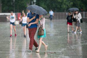 Orai: savaitgalį prireiks skėčių, bet kitą savaitę įsismagins kaitra