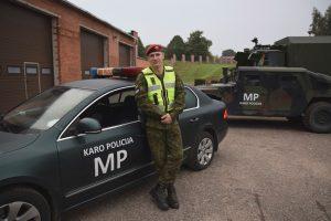 Girtą ir agresyvų kelių gaidelį sutramdė karo policininkas
