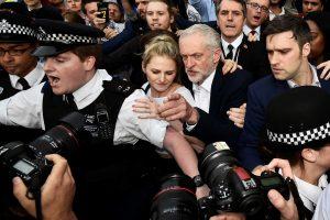 Maištas: ar J. Corbynas atsilaikys?