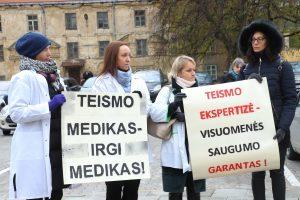 Streiku grasinantys teismo medicinos ekspertai piketavo su lavonmaišiais