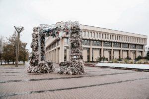 """Prie Seimo išdygo """"Triumfo arka"""" iš šiukšlių maišų"""