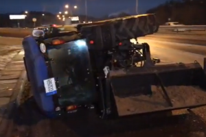 """Viliuje susidūrė """"Volvo"""" ir traktorius: po smūgio traktorius apvirto"""