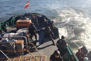 Pasieniečiai mokėsi laivuose aptikti besislapstančius nelegalius migrantus