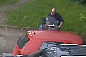 Padėkite atpažinti: šis vyras nuvažiavo svetimu motoroleriu