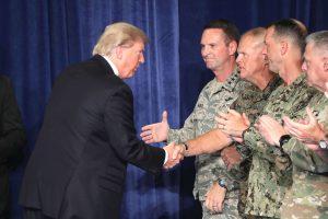 """D. Trumpas nusprendė išvesti iš Afganistano """"didelį skaičių"""" JAV karių"""