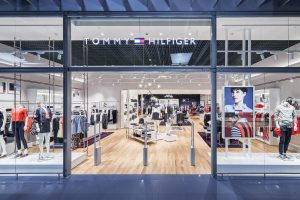 """Vilniaus """"Akropolyje"""" atidarytos """"Tommy Hilfiger"""" ir """"Calvin Klein"""" parduotuvės"""