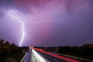 Vasara žada tūkstančius žaibų ir pavojingus gamtos reiškinius