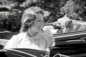 Elžbieta II – karalienė, išmokusi pakeisti nuleistą padangą