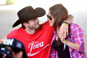 M. Kunis ir A. Kutcherio kuklumas: vestuvinius žiedus pirko už 190 dolerių