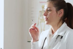 Ar rūkantis gydytojas padės mesti rūkyti?