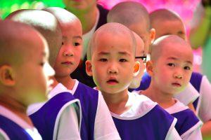 """Budos gimimo šventė minima berniukų """"įšventinimu"""" į vienuolius"""