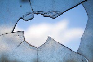 Mažeikiuose įsisiautėjęs areštantas daužė kameros langus