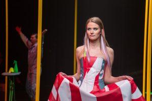 """A. Kuzmickaitės kolekcijoje – suknelė iš """"Coca-Colos"""" lauko reklamos"""