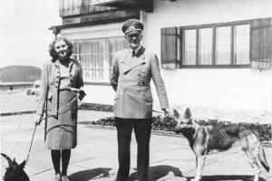 Kolekcininkas tikina radęs nuogos A. Hitlerio meilės E. Braun nuotraukas