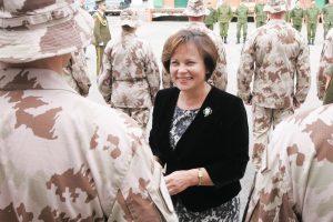 R. Juknevičienė: dirbant su kariuomene aukštakulniai ne trukdo, o praverčia