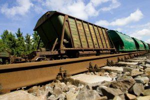 Netoli Pagėgių nuo bėgių nuriedėjo krovininis traukinys