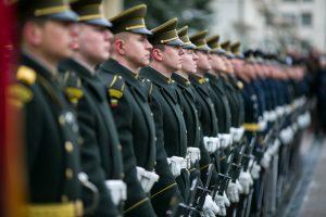 Gyventojai labiau pasitiki Seimu, partijomis ir pamažu atleidžia kariuomenei