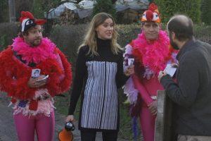 Kauno rajono gatvėje – rožinių gaidžių šou