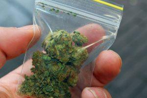 """Šiauliuose kariškis įtariamas rūkęs """"žolę"""" su nepilnamečiu"""