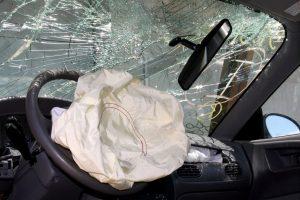 Vilniuje automobilis atsitrenkė į medį, sužalotas vairuotojas