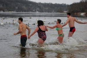 Sveikuoliai metus pradėjo besipliuškendami lediniame Nemune