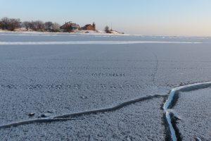 Žvejai jau ropščiasi keturračiais ant ledo